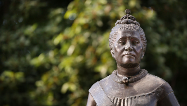Bronze statue of Queen Lili'uokalani stands on the makai side of the State Capitol. Honolulu, Hawaii. 19 nov. 2014. photo Cory Lum.
