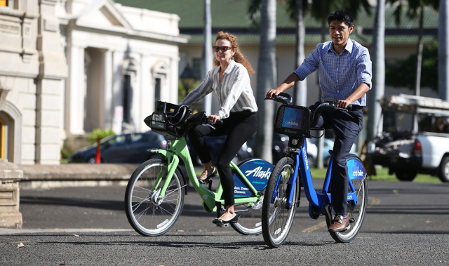 Left, Lori McCarney and Ben Trevino ride their Bikeshare Hawaii bicycles near Iolani Palace. 7 jan 2015.photograph Cory Lum/Civil Beat