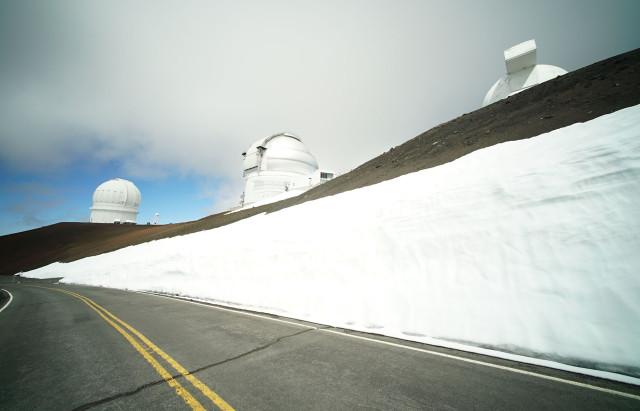 Snow along road on the summit of Mauna Kea. 9 april 2015. photograph Cory Lum/CiviL Beat