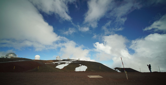 Photographer works near the Keck Observatory on the summit of Mauna Kea. 9 april 2015. photograph Cory Lum/Civil Beat