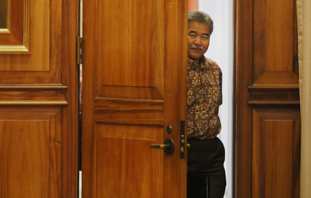Governor David Ige walks into press conference on TMT and later shared 10 points about future of Mauna Kea summit. 26 may 2015. photograph Cory Lum/Civil Beat