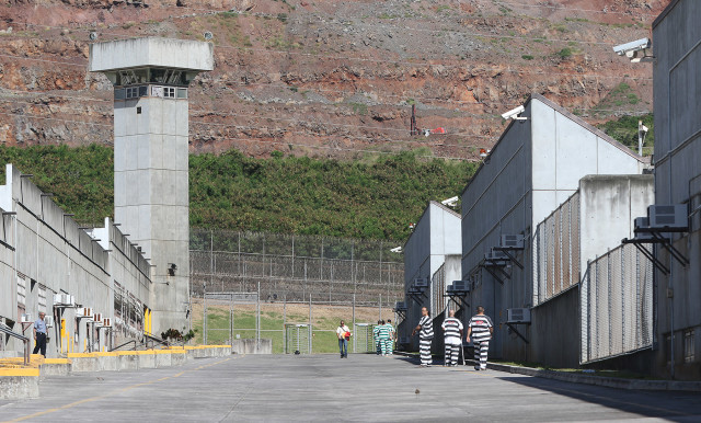 Halawa prison inmates walk between modules on tour. 17 dec 2015. photograph Cory Lum/Civil Beat