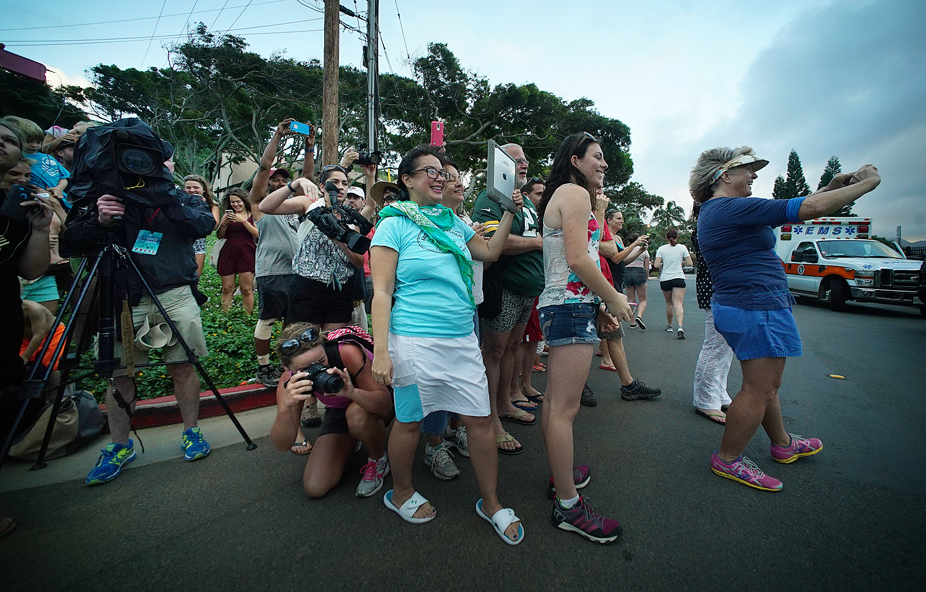<p>When the president responds to their shouts, onlookers surge ahead of the assembled media to get their own images outside Mid Pacific Country Club in December 2015.</p>