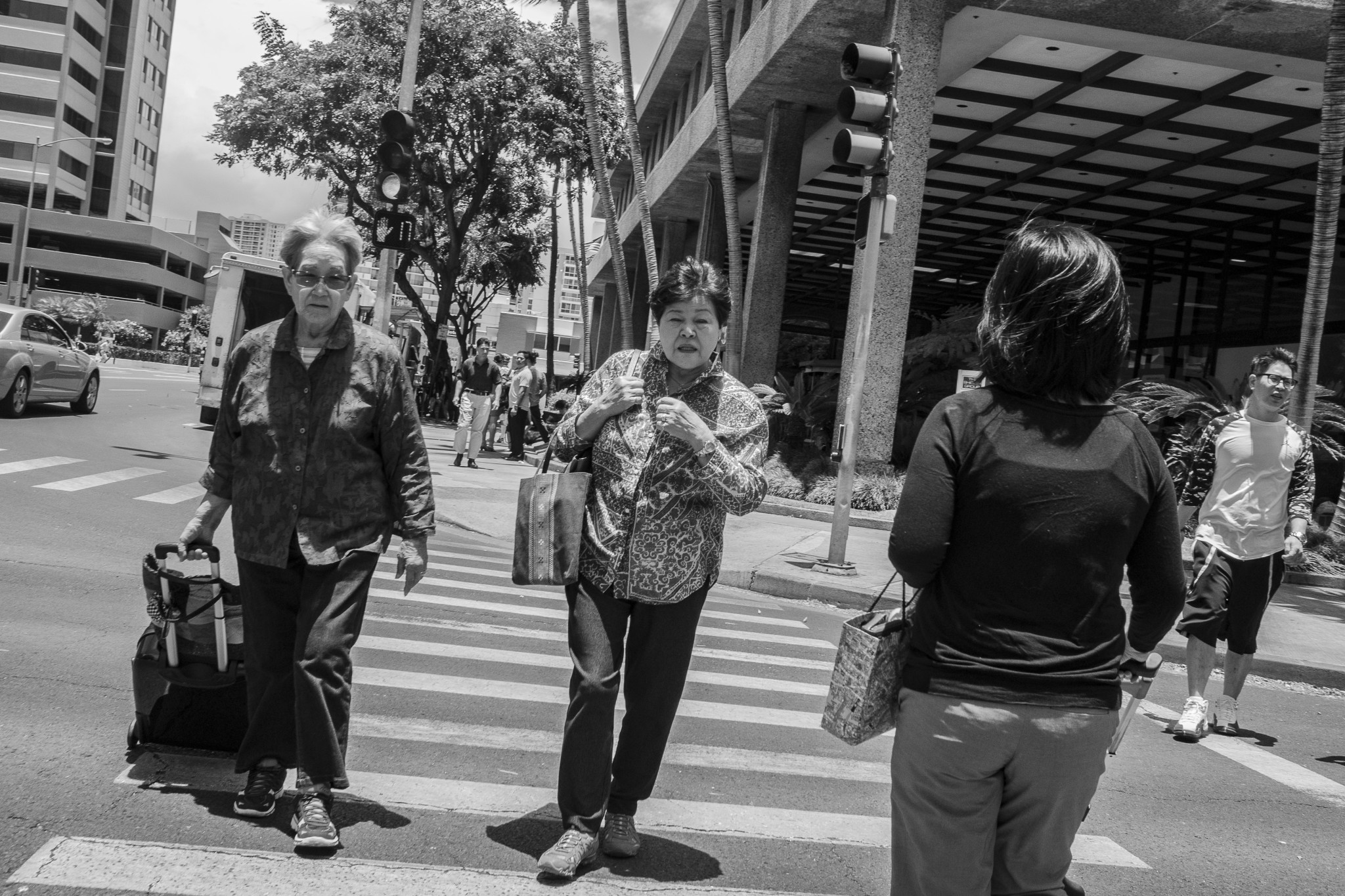 <p>Crossing the busy intersection of Kapiolani Boulevard and Kaheka Street.</p>