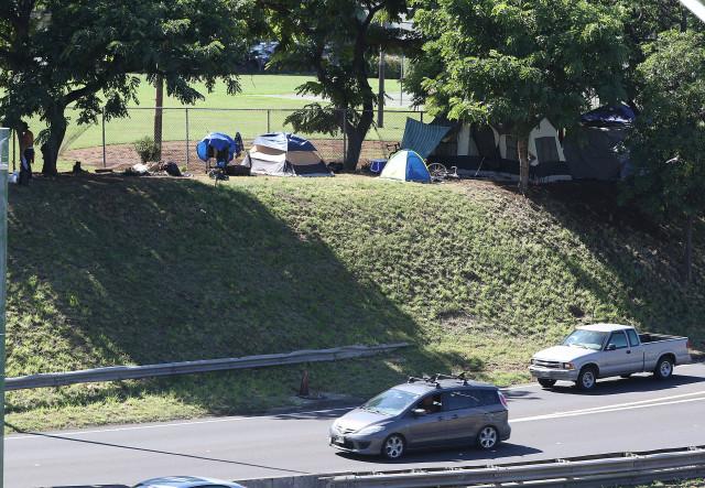 Mauka side of Kamamalu Park with tents /homeless along H1 freeway. 6 nov 2016