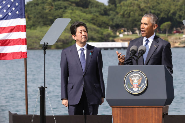 President Obama speaks with Prime Minister Abe at Pearl Harbor. 27 dec 2016