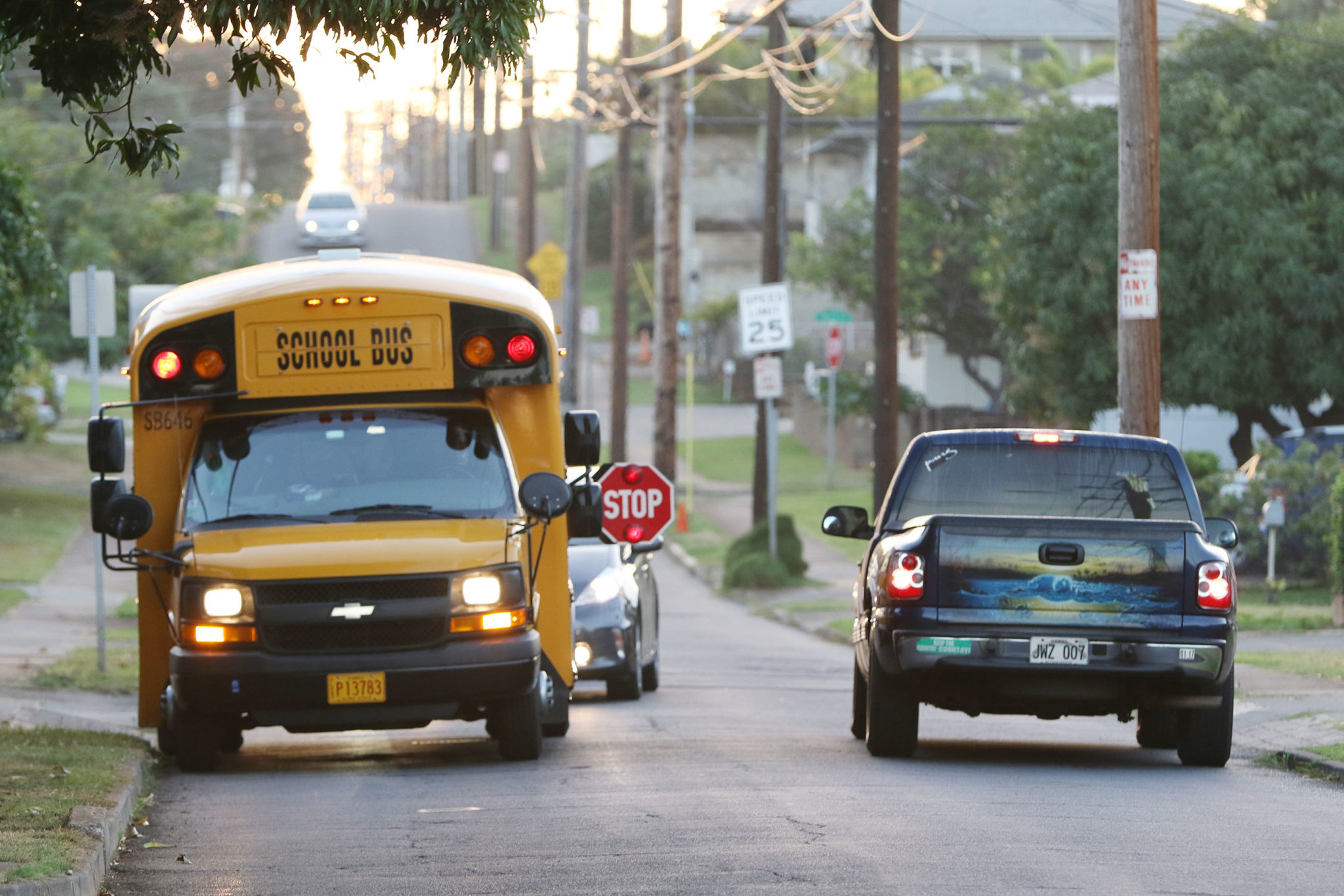 Honolulu Hawaii School Bus Kaimuki traffic . 13 jan 2017