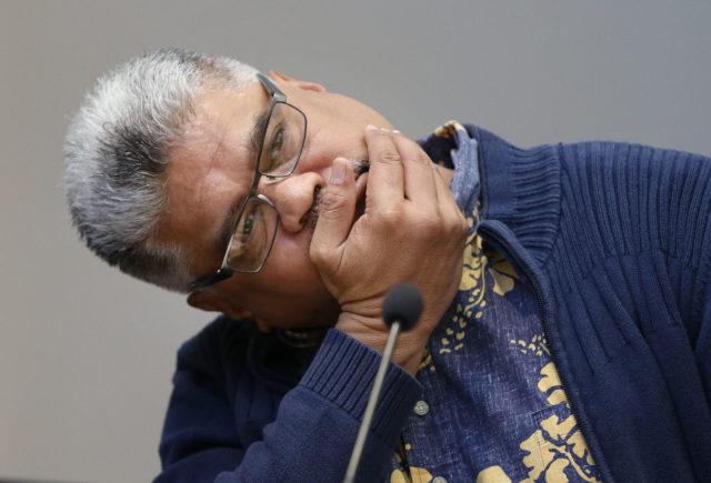 OHA CEO Kamanaopono Crabbe cracks neck during meeting. 4 jan 2017