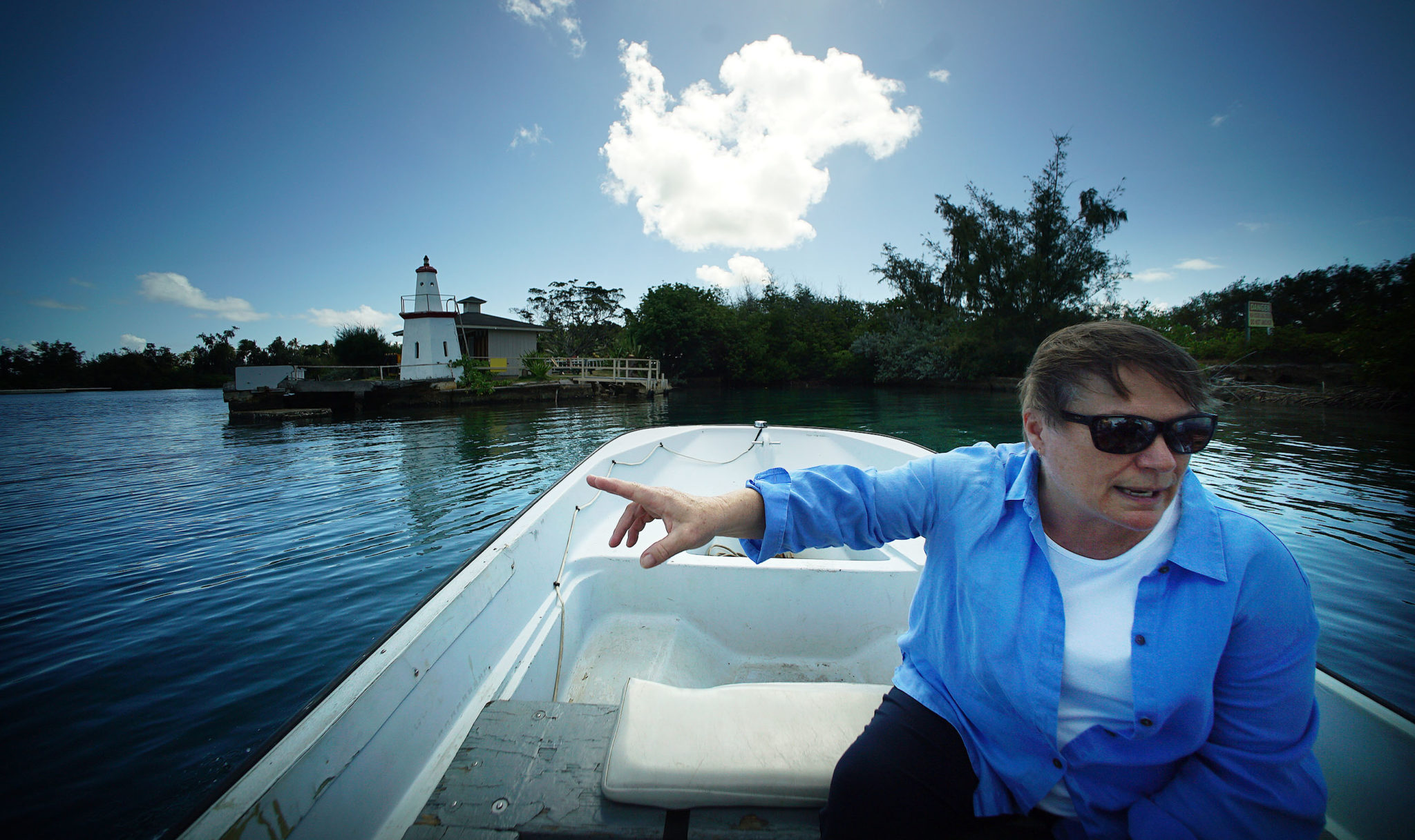 <p></noscript>Ruth Gates, research professor and director of HIMB, heads out to Coconut Island on a small boat from Lilipuna Street.</p>
