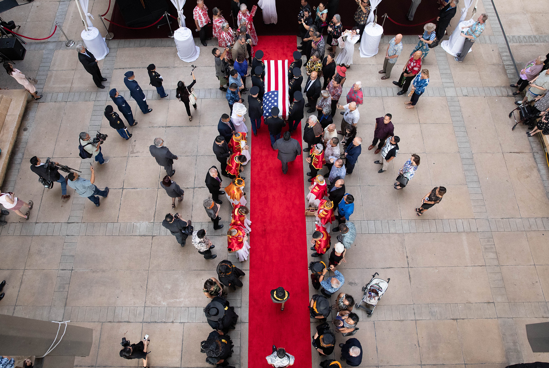 <p>The Hawaii Army National Guard escorts the senator's flag-draped coffin onto the Rotunda. <span class=