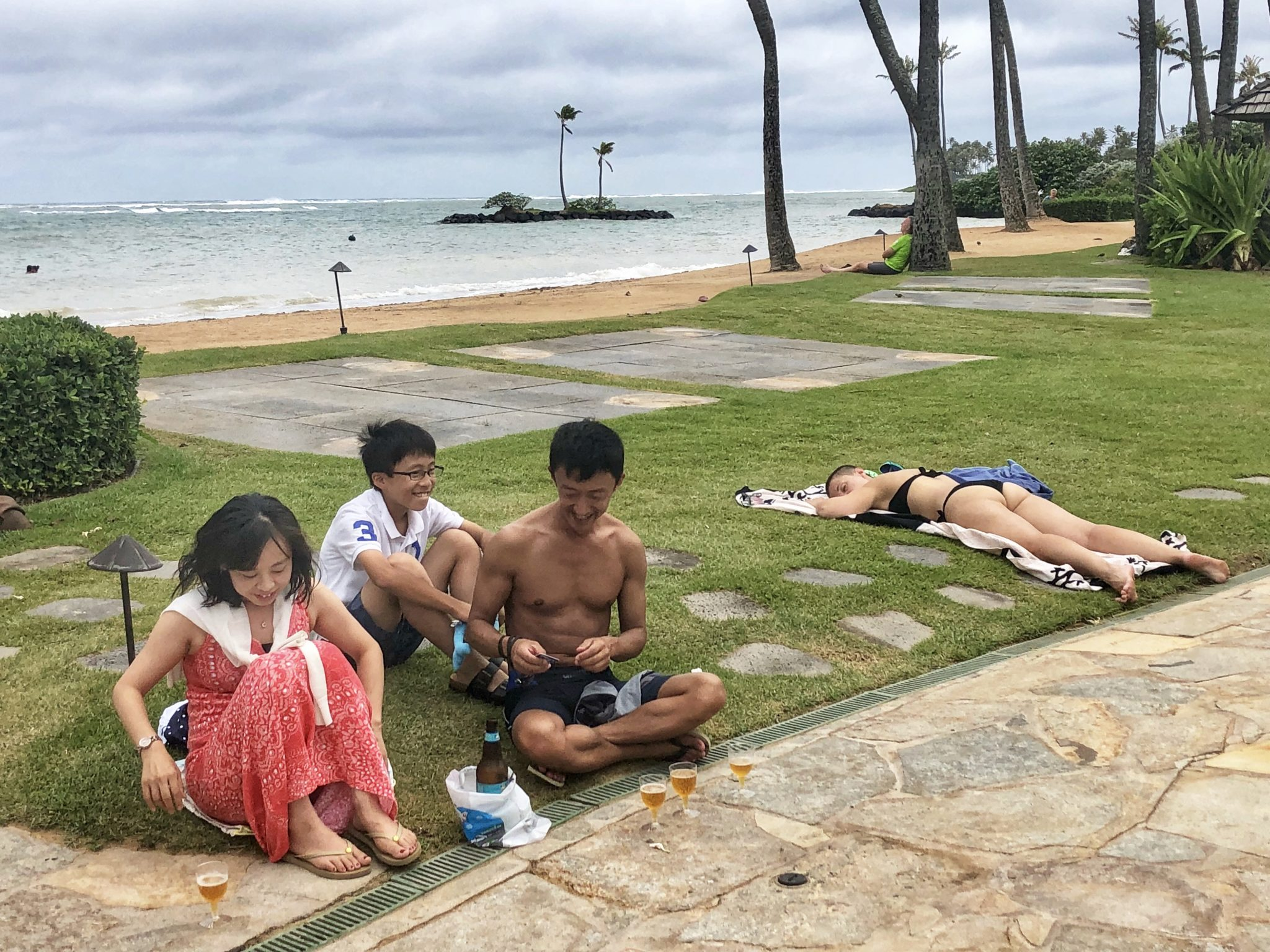 <p>These guests of the Kahala Hotel and Resort didn't seem fazed by the impending storm. Photograph by Brittany Lyte/Civil Beat</p>