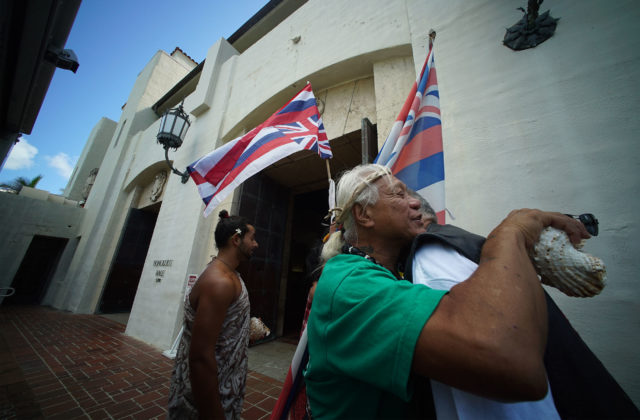 Waimanalo Supporters gather for park committee mtg at Honolulu Hale.