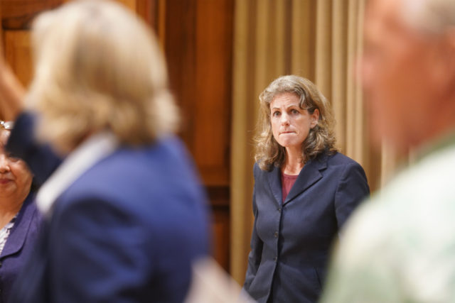 La procuradora general Clare Connors en la conferencia de prensa de veto del gobernador Ige.
