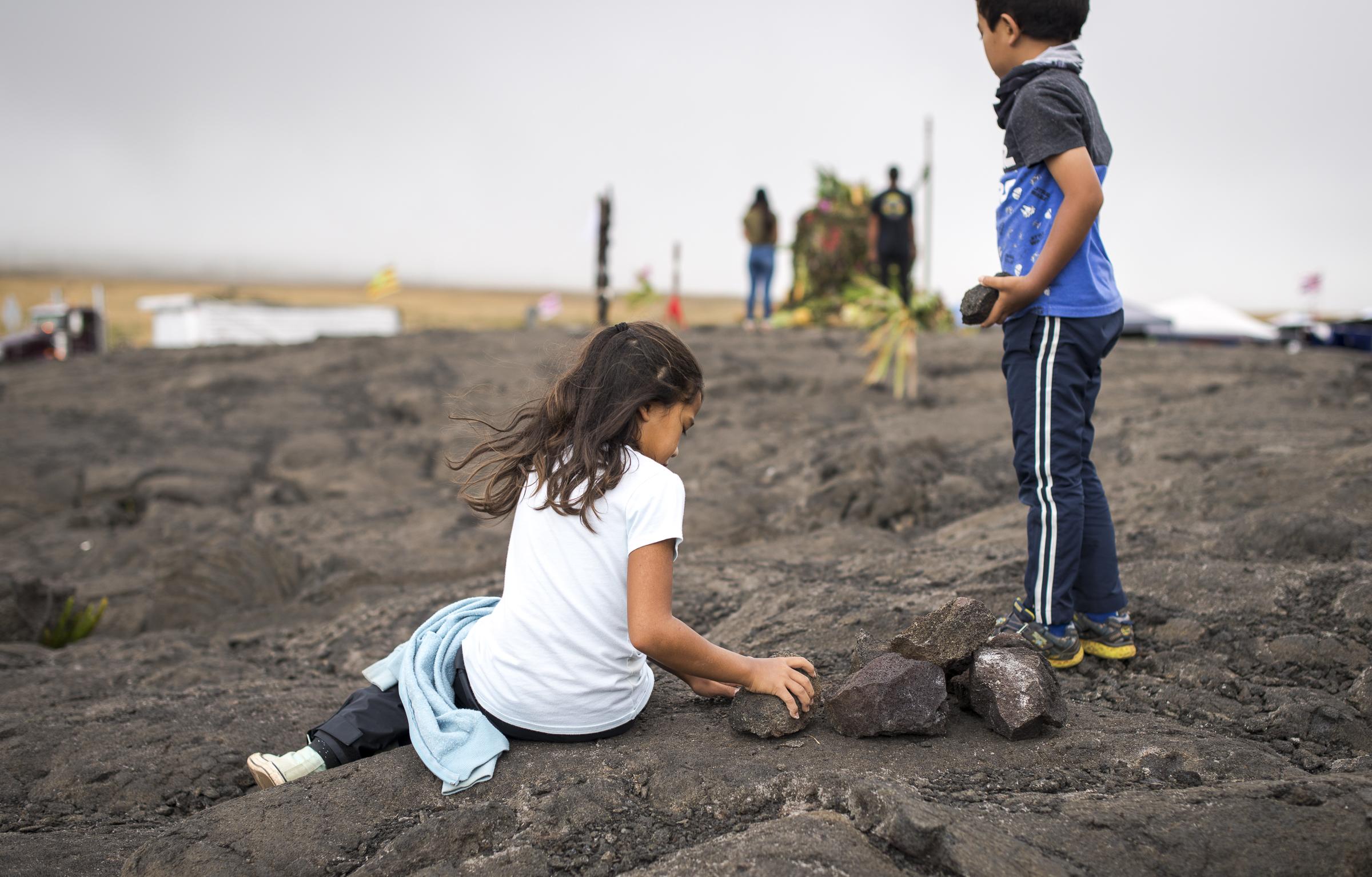 <p>Keiki play on the lava rocks at Pu'uhuluhulu.</p>