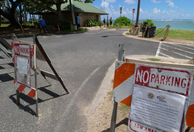 A sign explaining COVID closures at a Ka'a'awa Beach Park blocks cars from access on Thursday, August 13, 2020. (Ronen Zilberman photo Civil Beat)