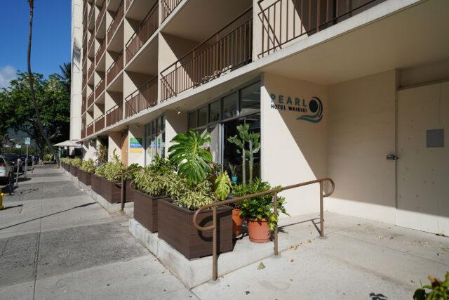 Pearl Hotel Waikiki front entrance area.