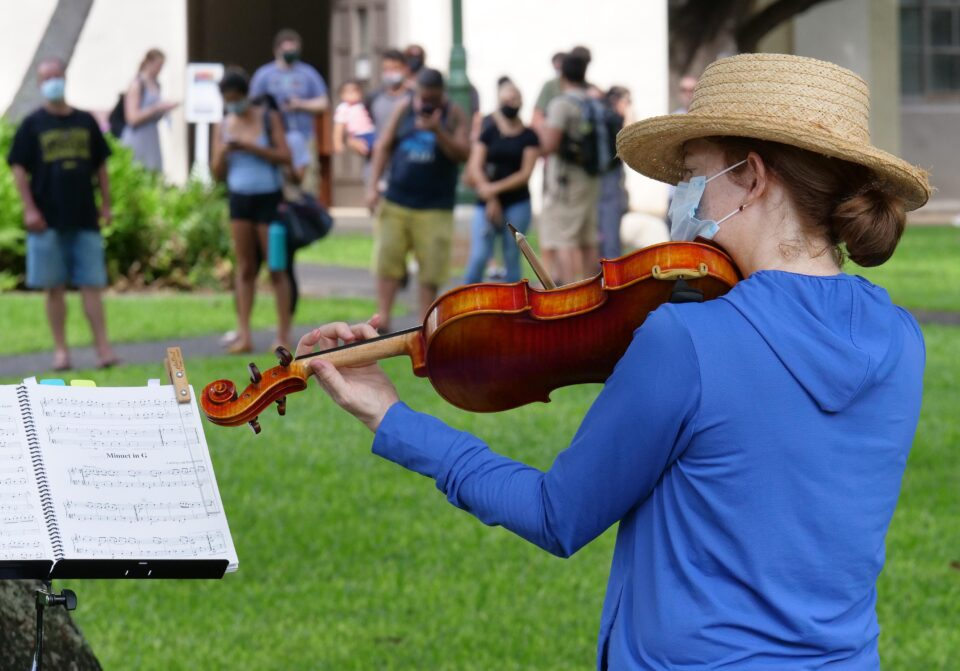 Honolulu Symphony violinist, Anna Womack, plays for voters waiting in line to cast their ballots on Election Day at the Honolulu Hale Tuesday, November 3, 2020. (Ronen Zilberman photo Civil Beat)