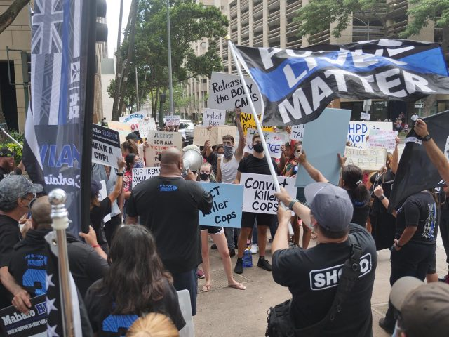 HPD supporters and protestors face each other outside the court in Honolulu Tuesday, July 20, 2021, where a preliminary hearing took place for the three officers in connection with the April 5 fatal shooting of a 16-year-old who was at the wheel of a stolen car that had allegedly been involved in a violent crime spree(Ronen Zilberman photo Civil Beat)