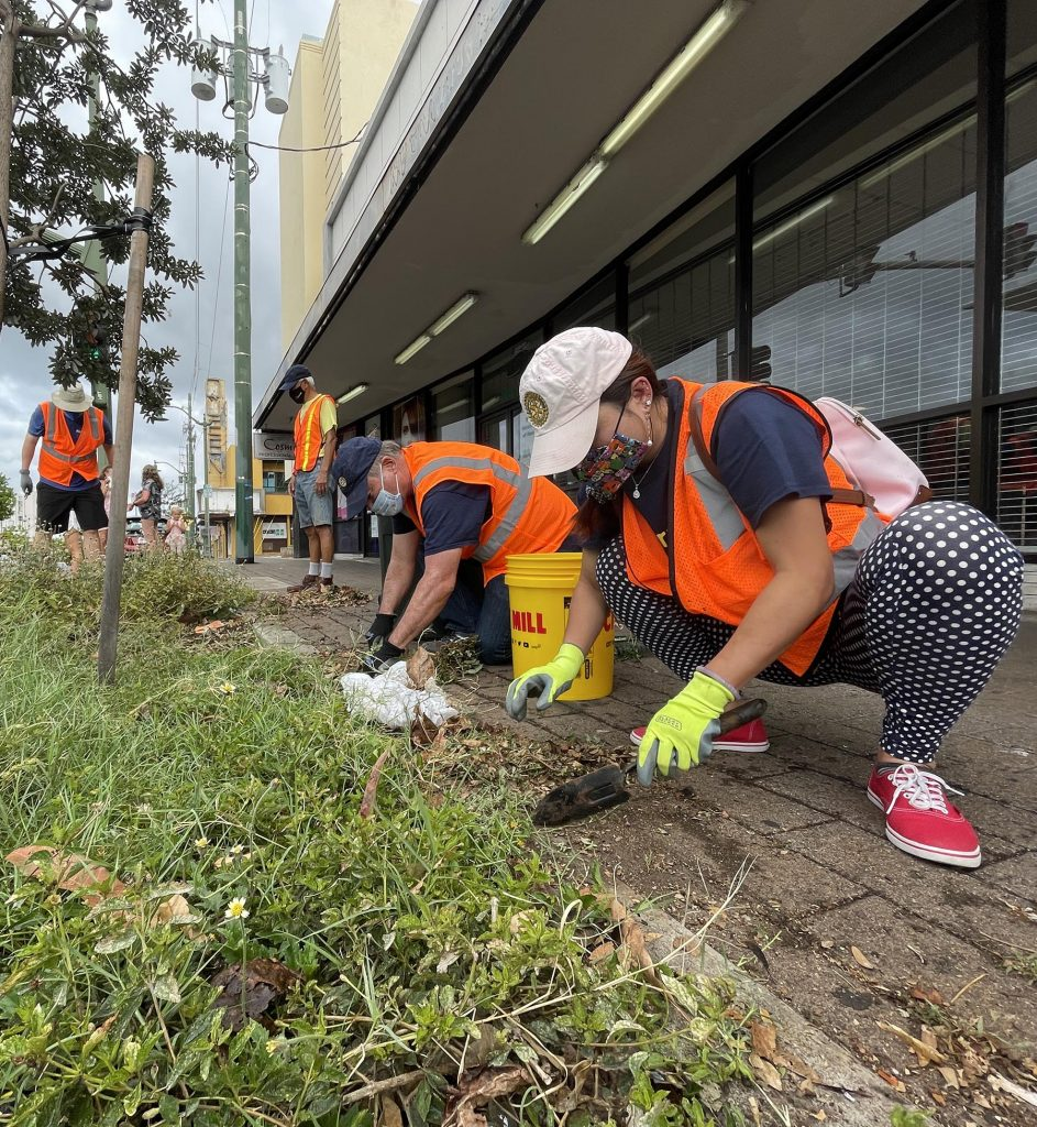 Volunteers Diana Doan and Del Green from the Kahala Sunrise Rotary Club, tend to tree wells, and remove overgrown vegetation along the sidewalks from Wai'alae Avenue in Honolulu, on Saturday August 21, 2021. The project was conducted under the coordination of the city's Mālama O Ka 'Āina (MOKA) community volunteer program,  which is administered by the Department of Facility Maintenance's Division of Road Maintenance  (Photo: Ronen Zilberman/Civil Beat)
