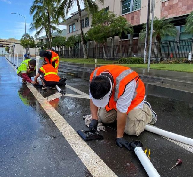 On Saturday, September 11, 2021, 7:30 a.m. to 9:00 a.m., members of the Hawai'i chapter of the American Public Works Association (APWA) will remove and replace damaged traffic delineators along the South Street bike lane, between Kapi'olani Boulevard and Pohukaina Street.  These volunteers will perform the work under the coordination of the city's Mālama O Ka 'Āina community volunteer program, which is administered by the Department of Facility Maintenance's Division of Road Maintenance (DRM).